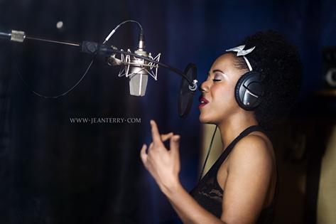 sarasheline-microphone